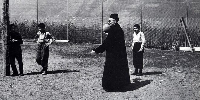 don Folci gioca con i ragazzi